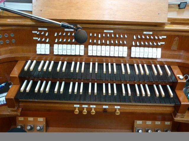 hrací stôl organu v Ru¾inove